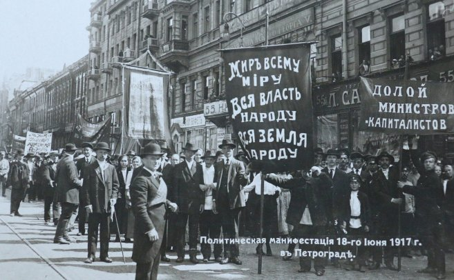 Political_demonstration_at_Petrograd_18th_June_1917_14264213940_657x406