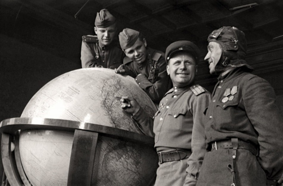 Russian-soldiers-with-a-globe-of-Hitler-at-the-end-of-the-Second-World-War-1945